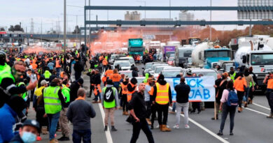 World news 'Fk the jab' protesters block Melbourne's West Gate Freeway, clash with riot police. VIDEOS