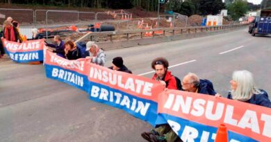 World news Police arrest 23 eco-activists for blocking busy road around London after protests sparked anger among drivers & online